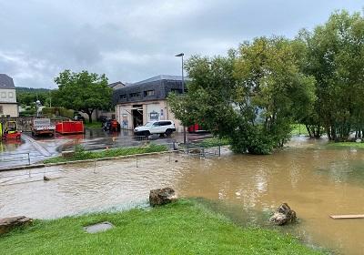 Nettoyage après les inondations dans la commune